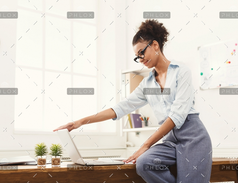 business-woman-opening-laptop-at-office-PU4ZAGW-821x631